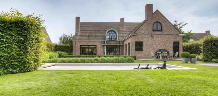 Stijlvolle hedendaagse villa met zwembad in groene omgeving middenin het