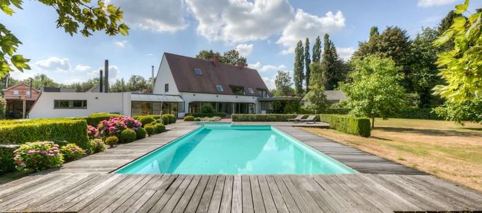 Tijdloze villa met zwembad en uitgebreide praktijkmogelijkheden in de Lembeekse bossen