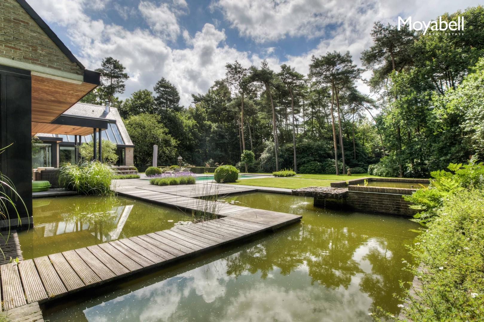Hedendaagse villa met zwembad op toplocatie