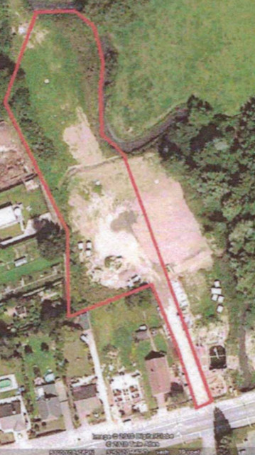 Perceel bouwgrond in bosrijk gebied nabij het stadscentrum en autosnelwegen